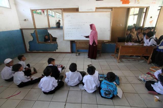 Prihatin! Siswa SD Bekasi Belajar di Gudang BPBD