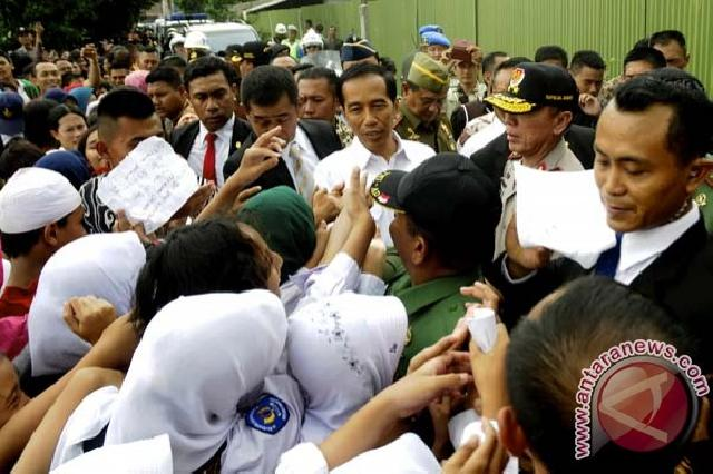 Senangnya Anak-Anak Ini Dapat Buku dari Jokowi