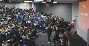Geliat Mahasiswa Manfaatkan Aplikasi Bisnis di Ponsel Cerdas