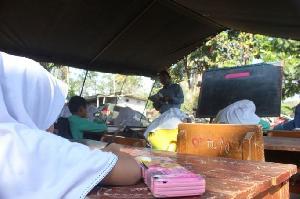 Begini Kisah Viral Siswa Belajar di Tenda