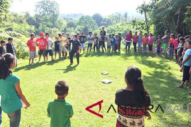 Perintis Desa Literasi itu Bernama Dr Wayan Artika